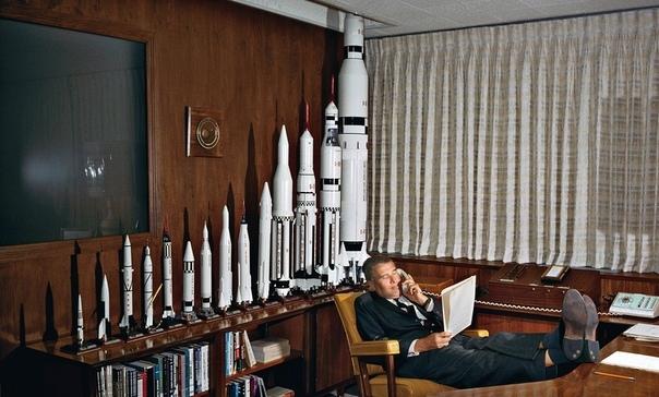 Вернер Фон Браун в своем кабинете.