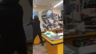 Погром в АТБ, Мариуполь - бешеный мужик с топором