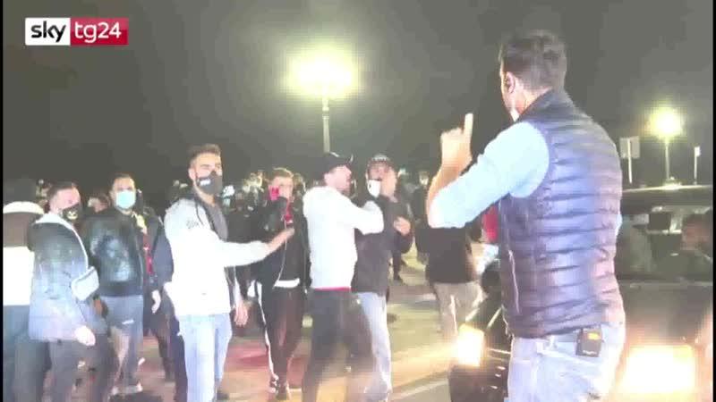 Proteste e scontri a Napoli contro chiusure aggredita la troupe di Sky Tg24