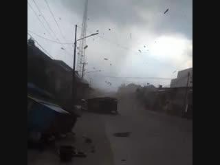 Торнадо в пангуаране (западная ява, индонезия, 30.12.2018).