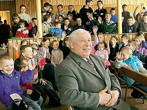 Самый богатый дедушка России - Алексей Шаповал Самым богатым дедушкой называют новокузнечанина Алексея Шаповала. У Алексея Павловича 117 внуков и 33 правнука. А детей у него 13: одиннадцать