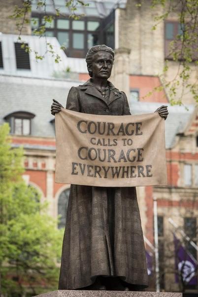 Памятник суфражистке Миллисент Фоссет, установленный перед британским парламентом в 2018 году