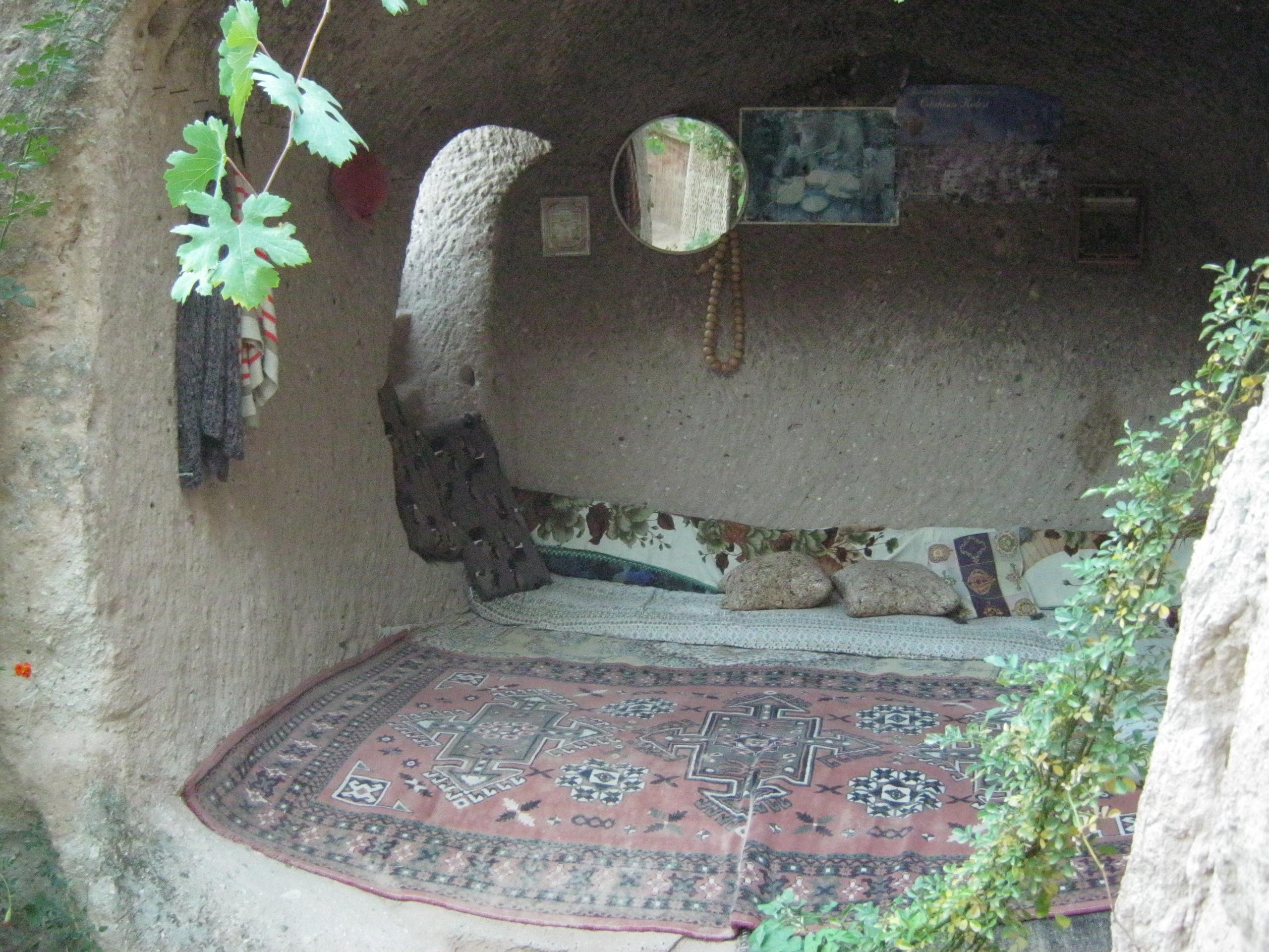 хозяин жилой пещеры в Каппадокии разрешил бы оставить вещи