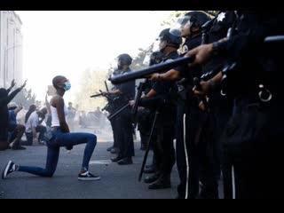 Несколько видео по итогам минувших суток в США о трепетном отношения полиции  к протестующим.