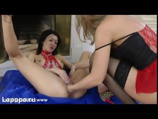 HotkinkyJo с подругой делает легкий массаж своим дырочкам (Секс Порно Домашнее Порево Трахает Попка Сиськи)