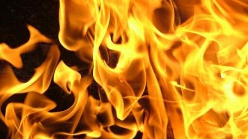 Утром на улице Чапаева в Петровске загорелось бесхозное строение