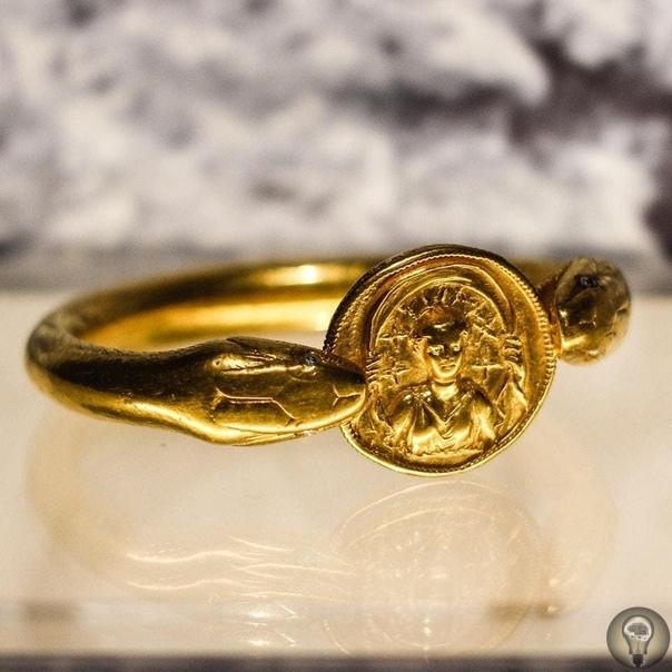 Золотой браслет, найденный на останках женщины, Помпеи, I век нашей эры