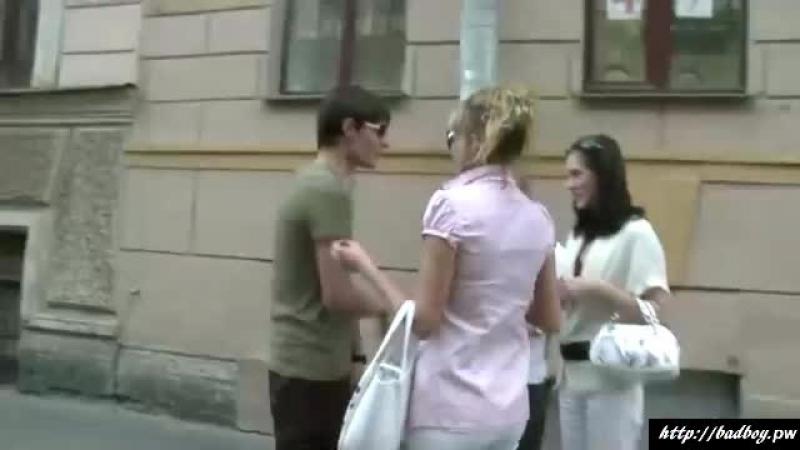 Парень занимается сексом с любовницей на постели рядом со