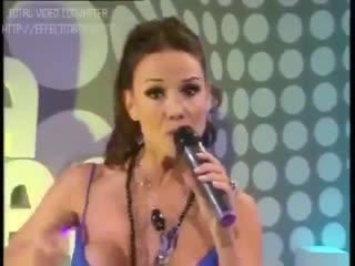 У певицы во время выступления из топика выпала СИСЬКА. Топлес. Публичное обнажение. Частное домашнее любительское русское порно
