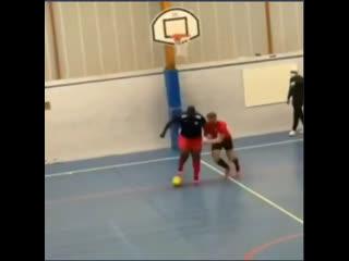У этого парня не отобрать мяч!