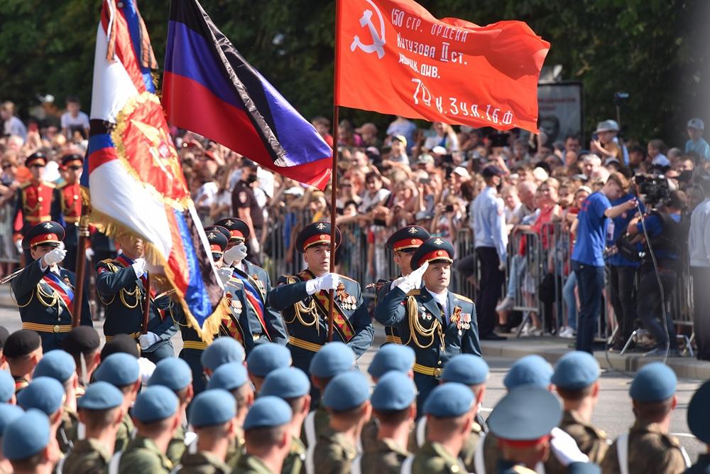 В Донецке прошел военный парад в честь 75-летия Великой Победы