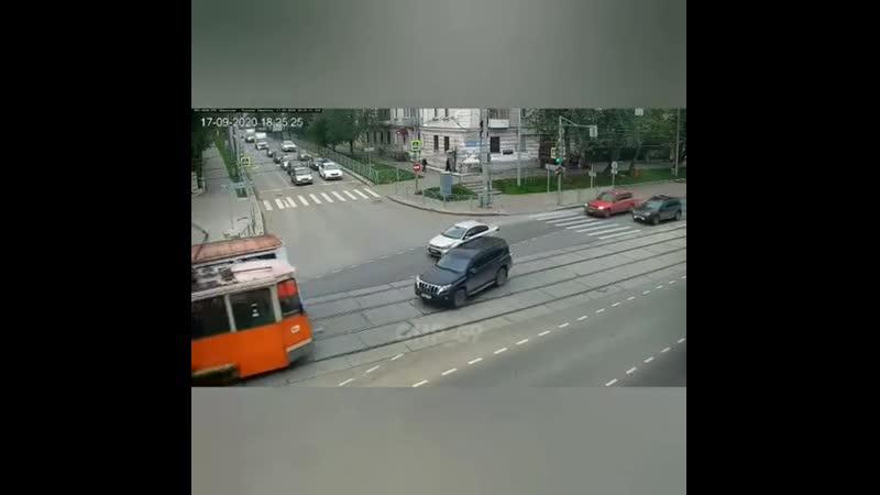 В Перми внедорожник протранил трамвай