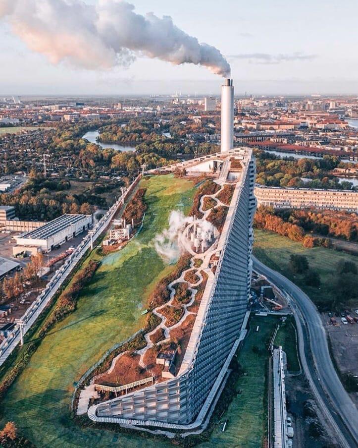 Зелёный склон на крыше завода в Копенгагене