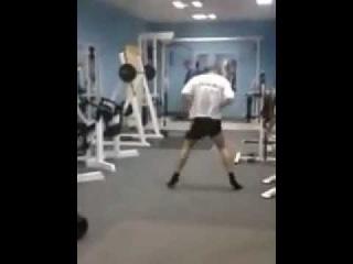 Опаааааасный парень в спортзале.