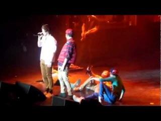 One Direction WMYB Solo Atlanta- Zayn grabbing Harrys butt and the boys falling down