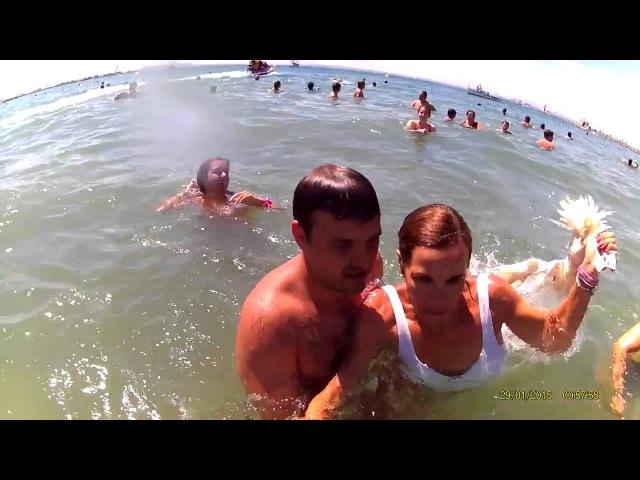 ESPAÑA Mujer ataca con un pato a un activista en una estupida tradiciòn