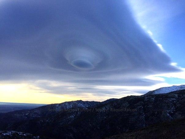 Аномальные облака над горой фото