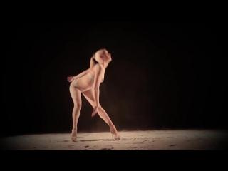 очень красивый пластичный танец на песке
