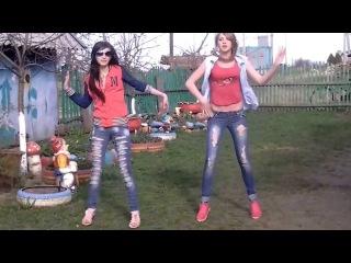 Девушки танцуют в деревне. Прикол.