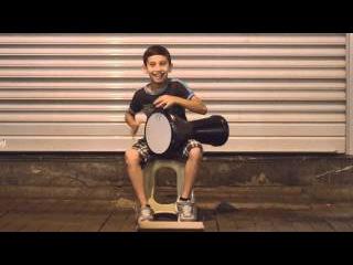 Пацан - невероятно талантливый уличный барабанщик!