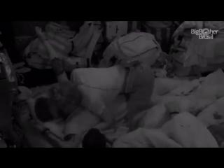O cuckismo chegou no bbb: breno pega ruiva enquanto um sirio assiste tudo