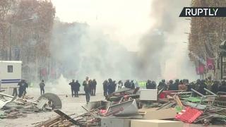 Gilets jaunes à Paris : des gaz lacrymogènes et des heurts sur les Champs-Elysées