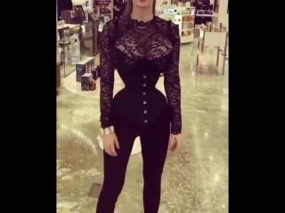Вот это фигура, удивительно тонкая талия красавицы, большая грудь, эротика, магазин