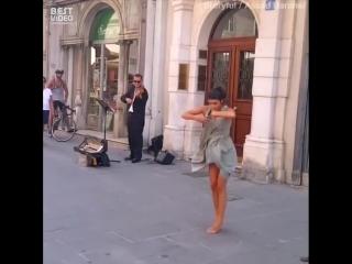 Балерина станцевала на площади
