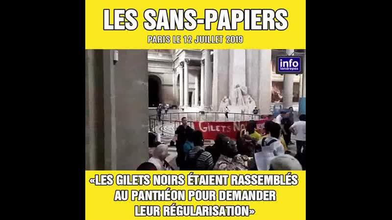 Une centaine de sans-papiers, les gilets noirs, s'étaient rassemblés au Panthéon pour demander leur régularisation