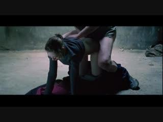 Мужчина занимается анальным сексом с молодой девушкой в военном бункере