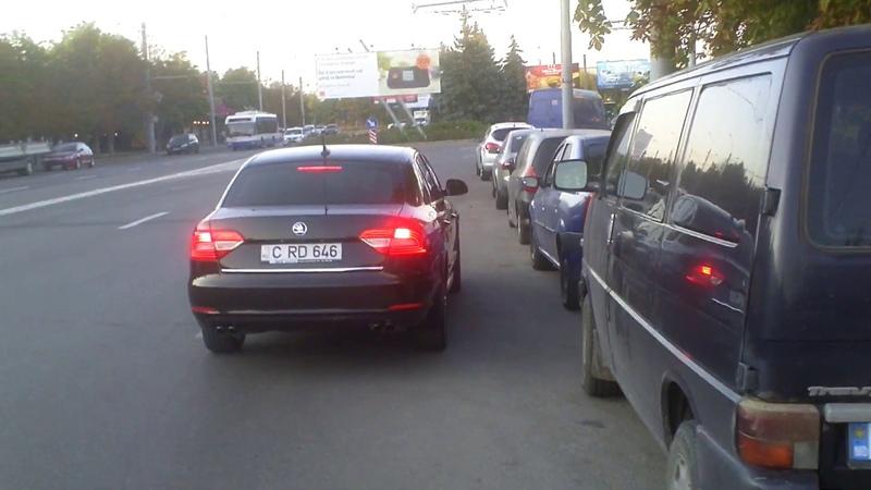 Şoferul încalcă legea de 3 ori, şi nu face nimic! - Curaj.TV