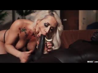 Соблазнительная блондинка одета в платье с принтом животных и занимается сексом с чернокожим парнем