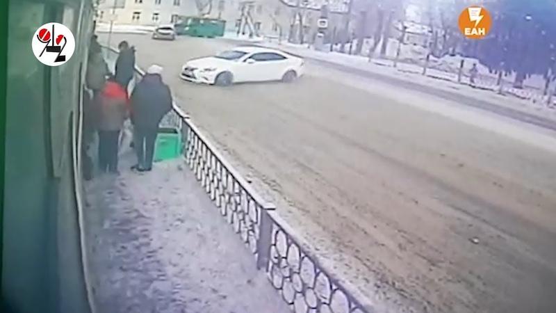 Lexus забором придавил ожидавшего трамвай