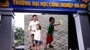 Chị Cúc dẫn Gia Linh và em Cò đến trường Đại Học Công Nghiệp chơi bắn súng đĩa bay