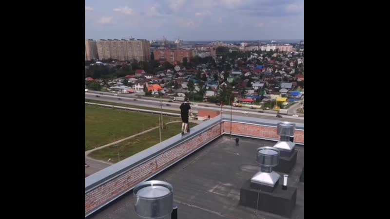 По краю крыши одной из многоэтажек Тюмени молодой человек прокатился на самокате