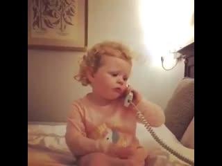 Малышка, подражающая маме при разговоре по телефону, рассмешила Сеть