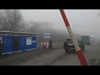 ДНР передала пленных украинской стороне. Автозаки только что пересекли линию разграничения.
