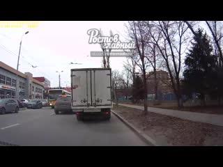 На Менжинского водитель Газели выбрасывал мусор на тротуар  Ростов-на-Дону Главный