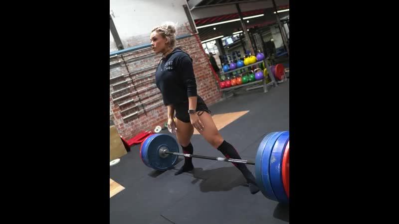 Стефани Санзо тянет 150 кг на 2