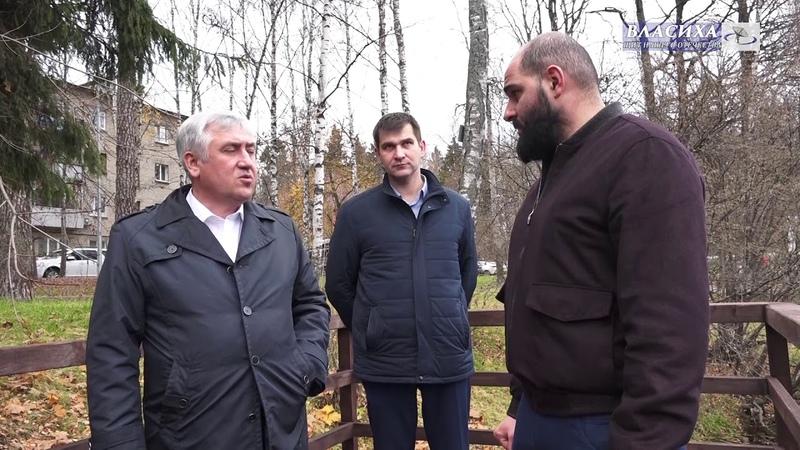 Глава г.о. Власиха А. Алябьев осмотрел набережную верхнего озера