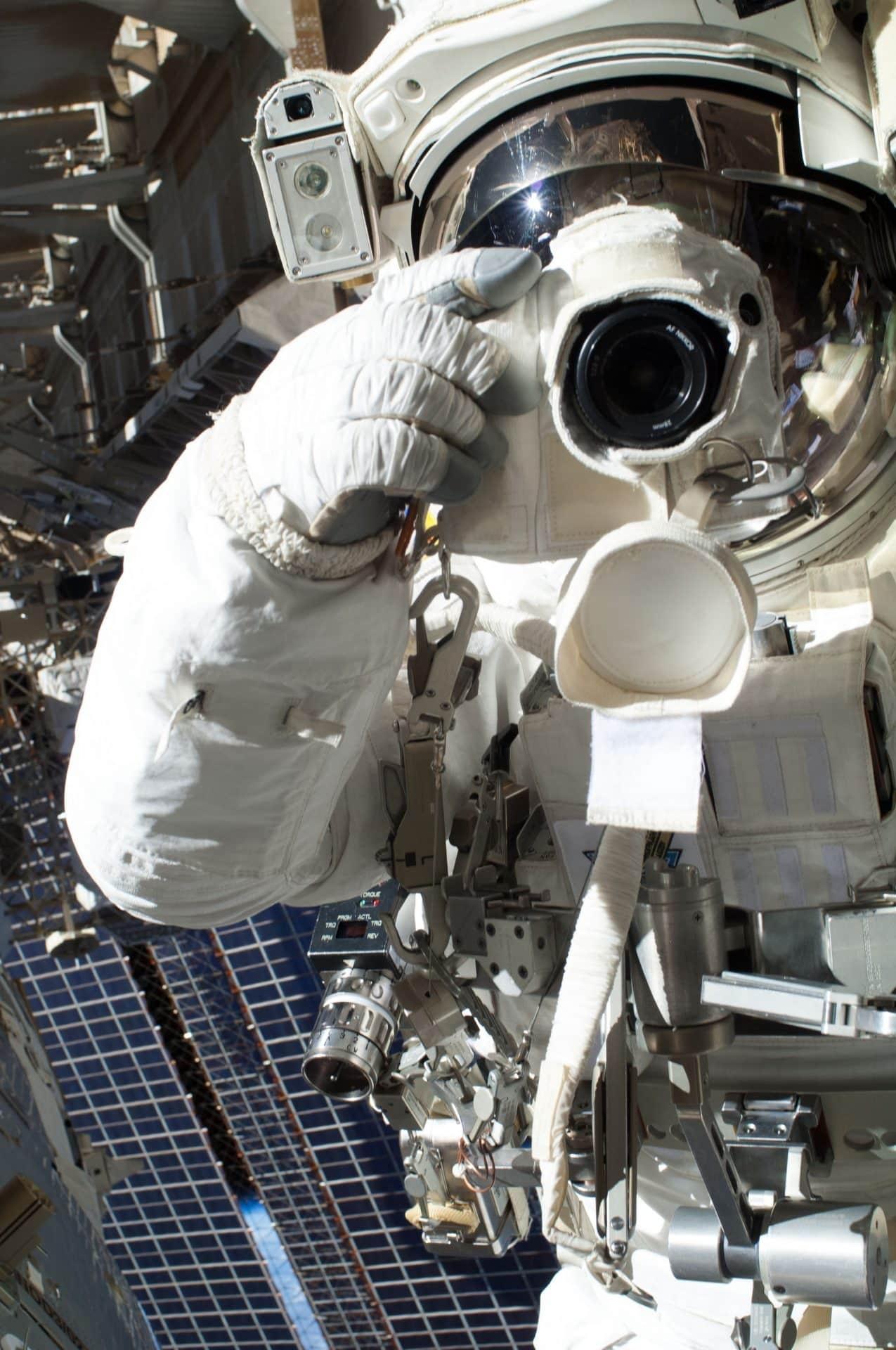Космический селфи показывает астронавт НАСА Кристофер Кэссиди на EVA в 2013 г. Кредит NASA