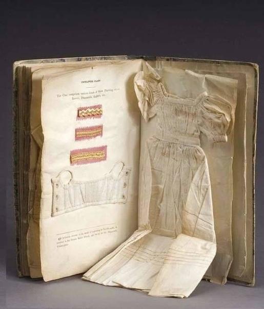 Редкое руководство по рукоделию с образцами сшитой, вышитой, связанной миниатюрной одежды, Дублин, 1833 год