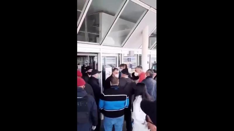 Прорвали оборону украинские туристы вернувшиеся из Вьетнама вырвались из киевского аэропорта