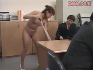 CMNF, OON, голая на работе  уборщица в Японии работает голой в офисе, полном одетых мужчин
