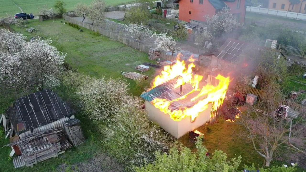 Посмотрите, как тушили охваченное огнём строение в Бресте