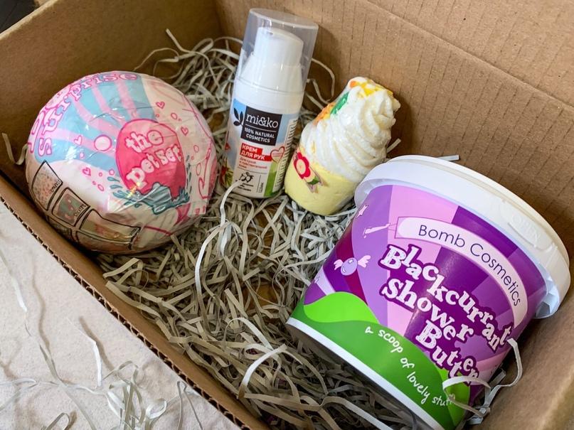 В этом наборе все самое необходимое для души и тела: гель-масло для тела с ароматом мороженого, «вкусная» бомбочка для ванны, бомбочка-сюрприз и увлажняющий крем для рук!