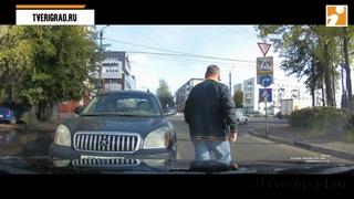 В Твери водитель выскочил под «кирпич» и избил помешавшего ему проехать мужчину