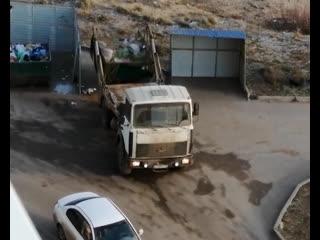 Вместо вывоза один контейнер с мусором меняют на другой - странности в Борском районе