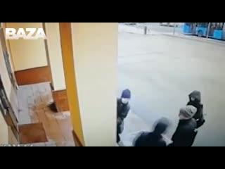В Москве у здания Алмаз-Антей неизвестные вывесили два антивоенных плаката. И положили у входа череп