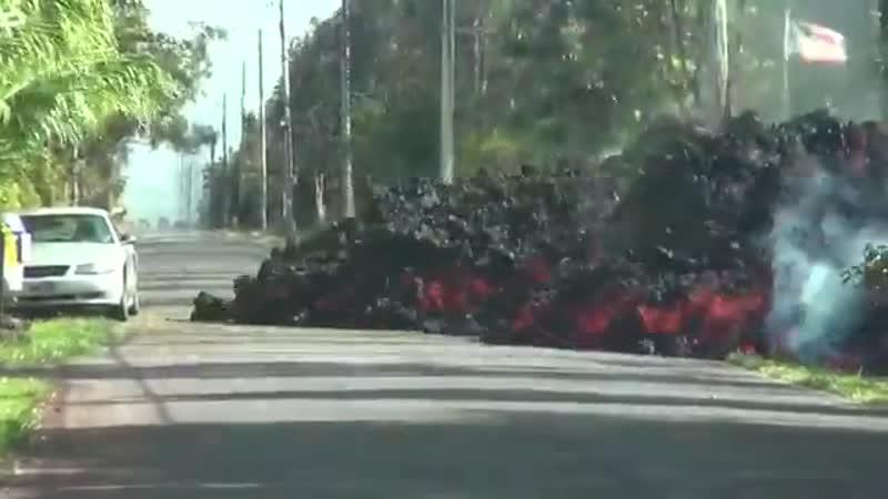 Огненная лава слопала дорогу и автомобиль в прикуску